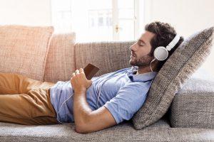 Rauhallisen musiikin kuuntelu voi auttaa nukahtamaan